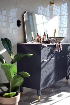 Nu tar vi oss en närmare titt på kommoden i badrummet! Själva stommen till kommoden är köksskåp från Ikea och luckorna, benen och beslagen kommer från Superfront. Kalkstensskivan har vi specialbeställt.Det marockanska handfatet hittar ni här och blandaren och ventilen i mässing är från Tapwell. Lamporna från Sekelskifte i gammaldags stil har jag drömt länge. Spegeln är vintage och den har hängt på en vägg här hemma i väntan på rätt rum ochden ska såklart upp på väggen mellan lamporna så…