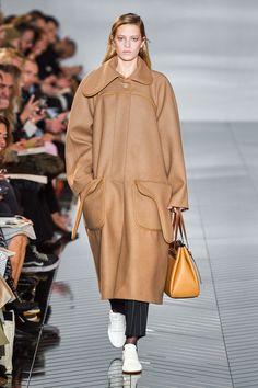 Loewe Herbst/Winter 2019 Ready-to-Wear - Fashion Shows Fashion Weeks, Yves Klein Blue, Vogue, Catwalk Fashion, Models, Fashion Show Collection, Work Wardrobe, Fall Looks, Beige