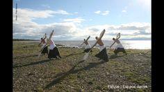 La Baigneuse, un homme et 4 loups venus de la mer.  Création de la compagnie de danse professionnelle Fleuve   Espace danse.  Crédit photo : Pilar Marcias