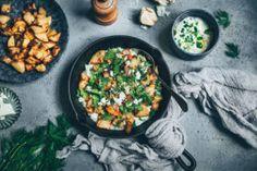 Salade de pommes de terre, feta et sauce yaourt sur Meg&cook Paella, Curry, Brunch, Cooking, Ethnic Recipes, Dire, Food, Inspiration, Instagram
