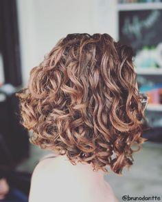 27 Angled Bob Hairstyles Trending Right Right Now for 2019 - Style My Hairs Curly Hair Tips, Short Curly Hair, Hair Dos, Wavy Hair, Curly Hair Styles, Medium Curly, Curly Girl, Emo Hair, Permed Hairstyles