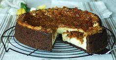 La cheesecake al forno con mandorle croccanti è una golosa torta con una base di pasta frolla al cacao, ripiena di tanta crema alla ricotta e mascarpone.