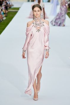Ralph & Russo Fall 2019 Couture Fashion Show - Vogue Fashion Week, High Fashion, Fashion Show, Fashion Looks, Fashion Design, Vestidos Fashion, Fashion Dresses, Couture Fashion, Runway Fashion