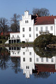 Wanås castle, Sweden (via Gau Paris) Welcome To Sweden, Kingdom Of Sweden, About Sweden, Scandinavian Countries, Lappland, Europe, Amazing Buildings, Swedish Design, Medieval Castle