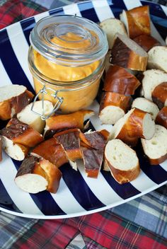 Pretzel Bites – super easy (and totally delicious) snack idea!Cash Cack on your… Pretzel Bites – super einfache (und absolut leckere) Snack-Idee! Oktoberfest Party, Yummy Snacks, Snack Recipes, Yummy Food, Tasty, Beer Tasting Parties, Brunch, Food For Thought, 30th Birthday