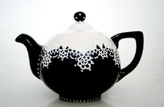 Black and White Teapot Hand-painted with Lace Dotting Teapots Unique, Cuppa Tea, Teapots And Cups, My Cup Of Tea, Chocolate Pots, Vases, Tea Time, Teak, Tea Party