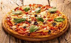 (Zentrum der Gesundheit) – Wer Pizza liebt, aber keinen Teig aus Getreidemehl zubereiten möchte, greift einfach zum Kichererbsenmehl. Das Ergebnis ist eine Farinata – ein Fladenbrot aus Kichererbsen – die man jetzt ganz nach Lust und Laune belegen kann. Wir haben Tomaten, Rucola, Paprika, Oliven, vegane Salami und veganen Käse gewählt. Sie können jedoch auch zu anderen Gemüsesorten greifen, wie z.B. zu Zucchinischeiben, Brokkoliröschen, Champignons oder was immer Sie mögen.