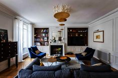 Le chic parisien #interiordesign #paris #haussmann #verocotrel #homedesign #sofa #armchair #blue #appartement #moulures #cheminee #pointdehongrie #livingroom #bibliotheque #architecture #decoration