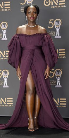 Lupita Nyong'o Proves She's the Queen of Red Carpets in a Daring, Thigh-High Slit Gown Beautiful Dark Skinned Women, Beautiful Black Women, Look Fashion, Fashion Outfits, Womens Fashion, Fashion Tips, Fashion Bloggers, Mode Kimono, Black Actresses