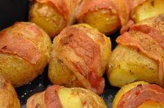 Trænger du også til variation i dit kartoffel-tema? Prøv disse ovnstegte kartofler vendt i olie, hvidløg og timian og pakket ind i bacon. Små frække baconkartofler