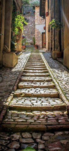 A pitoresca comuna de Spello na província da Perugia, região da Umbria, Itália. Fotografia: Steven Cadalt no 500px.