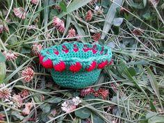 Mirtusz : EPER!!! - minden mennyiségben!! :)  Horgolt kosárka piros eperszemekkel díszítve