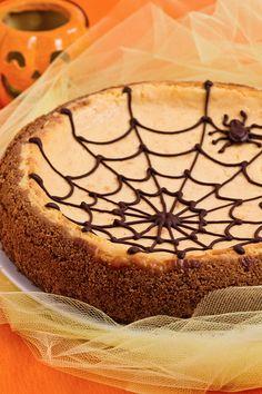 Un dolcetto facile e veloce che non può mancare ad #Halloween è la #cheesecake! Eccola nella giusta veste, alla #zucca e con una spettrale #ragnatela di #cioccolato fondente! Abbiam davvero paura...che finisca!! #ricetta #GialloZafferano #halloweenrecipe #halloweencheesecake #trickortreats