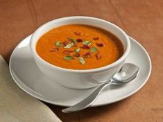 """BBT Bisque: Chopped smoked Bacon and fresh Basil top a creamy Tomato bisque flavored with more bacon and basil Recipe from the Hunt's """"Best Meals. Basil Recipes, Chili Recipes, Vegetarian Recipes, Cooking Recipes, Vegetable Recipes, Tomato Bisque Recipe, Conagra Foods, Recipe For Mom, Soup And Salad"""