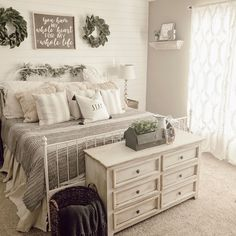 13 Cozy Farmhouse Bedroom Ideas * aux-pays-des-fleu… - Home decor cozy Rustic Bedroom Design, Bedroom Furniture Design, White Rustic Bedroom, Furniture Layout, Furniture Ideas, Farmhouse Master Bedroom, Home Bedroom, Bedroom Ideas, Farm Bedroom