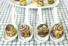 Presentazione involtini di salmone affumicato, zucchine grigliate e semi di sesamo neri