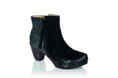 Cosima Valentia erobert jedes Modeherz im Sturm. Warum? Samtweiches Leder, das man ständig berühren möchte. Ein Absatz, der unsere Füße verwöhnt. Und dann auch noch dieses Design! Eine besonders tolle Variante ist das Two-Tone-Modell. Der Mix aus Velours vorne und der samtige Schimmer des Leders Valentia sind nicht nur modisch gesehen der Hammer! #softclox #clogs #shoes #blackshoes #fallshoes #fallfavorites #wood #woddensole #leather #veloursleather