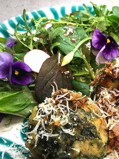 Die essbaren Hornveilchen, Bärlauchblüten und hauchzarten Radieschenscheiben bringen Farbe in den Wildkräutersalat.