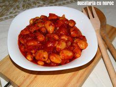 Fasole giganta la cuptor - Bucataria cu noroc Chana Masala, Chicken Wings, Meat, Ethnic Recipes, Food, Essen, Meals, Yemek, Eten