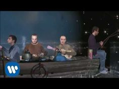 """Coldplay """"Don't panic"""" videoclip, released in 2001 and directed by Tim Hope Mp3 Song, Music Songs, Music Videos, Guitar Songs, Chris Martin, Beautiful World Lyrics, Coldplay Music, Matchbox Twenty, Country Music Singers"""