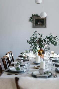 Simple minimalist Christmas table inspiration with white linen table cloth and e. Simple minimalist Christmas table inspiration with white linen table cloth and eucalyptus Deco Table Noel, Local Milk, Sweet Home, Christmas Food Gifts, Minimalist Christmas, Decoration Inspiration, Decoration Table, Diy Wreath, Merry And Bright