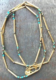 Collier Uland doré à l'or fin, perles de turquoise par 5 Octobre pour l'Atelier…
