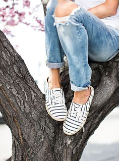 striped-shoes-destroyed-jeans