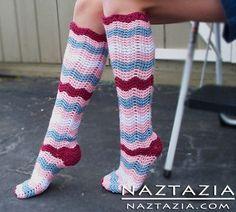 Free Pattern - Crochet Ripple Knee High Zig Zag Socks These are so cute! I'm already thinking Christmas next year! Crochet Socks Pattern, Crochet Boot Cuffs, Crochet Boots, Crochet Gloves, Crochet Slippers, Knitting Socks, Knitting Patterns, Crochet Patterns, Crochet Gratis