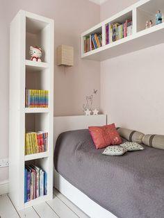 petite chambre enfant avec des tagres de rangement et lit avec des polochons - Chambre Petite Fille Design