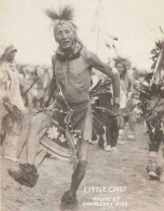 Sioux Warrior, Little Chief. 1905 The Sioux, also known as Očhéthi Šakówiŋ, are groups of Native American tribes and First Nations peoples in North America. The term can refer to any ethnic group within the Great Sioux Nation or to any. Native American Images, Native American Beauty, Native American Tribes, Native American History, American Indians, Navajo, Native Indian, South Dakota, Cherokee