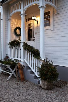 Outdoor Christmas decorations: 20 bright lighting ideas for the garden and facade - Beleuchtung Christmas Porch, Outdoor Christmas Decorations, Christmas Lights, Front Porch Railings, Front Porch Design, Veranda Design, Diy Porch, The Ranch, Porch Decorating