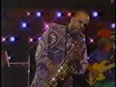 From an old broadcast in the Florida jazz fest? Awesome bass solo at and sick Grover solo. Grover died in 1999 and was a big player in the jazz fe. Let It Flow, Let It Be, Funky Jazz, Grover Washington, Smooth Jazz Music, All That Jazz, Music Like, Jazz Blues, Gif Of The Day