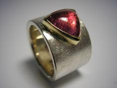 Turmaline gibt es in vielen Farben: Hier in Pink, kombioniert mit Gold und Silber. Ring Turmalin II von GoldschmiedeNorwinVitten auf DaWanda.com
