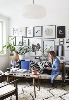 Urban living room with green plants and furniture in natural materials. We love the amazing gallery wall. Living Room Furniture Layout, Paint Colors For Living Room, Modern Furniture, Decor Room, Living Room Decor, Home Decor, Canapé Design, Interior Design, Interior Styling
