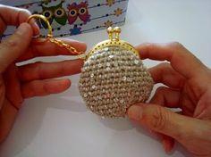 Mini monedero de ganchillo con llavero. Básico - YouTube Clutch En Crochet, Crochet Wallet, Crochet Coin Purse, Crochet Coat, Crochet Purses, Crochet Doilies, Crochet Lace, Crochet Earrings, Crochet Change Purse