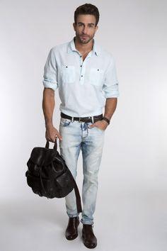 Bata azul clara, calça jeans destroyed com lavagem moderna, desert shoe em couro e cinto tressê.