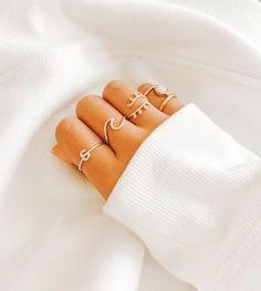 Anillos para chicas Hand Jewelry, Dainty Jewelry, Simple Jewelry, Cute Jewelry, Jewelry Accessories, Jewlery, Stylish Jewelry, Fashion Jewelry, Accesorios Casual