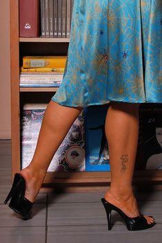 Beautiful High Heels, Gorgeous Feet, Slingback Mules, Heeled Mules, Gold High Heel Sandals, Girl Soles, Frauen In High Heels, Pinup Girl Clothing, Sexy Legs And Heels