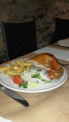 Los martes incluimos en el menú diario uno de nuestros platos estrella, Cochinillo Asado con patatas y ensalada.  Menú diario 10  €