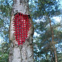 Tree restorations, Landart biennale Valkenswaard (NL) 2010 With yarn and stitches repaired tree - Hannah Streefkerk via Cuarto derecha