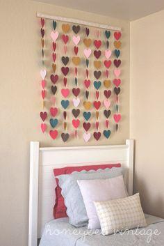 DIY tutorial voor het maken van zo'n prachtige muurdecoratie met papieren hartjes.