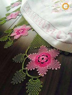 100 Tane Havlu Kenarı Modelleri 2017 - Neat Tutorial and Ideas Knitting Socks, Free Knitting, Maquillaje Halloween Tutorial, Big Knit Blanket, Jumbo Yarn, Big Knits, Knit Pillow, Point Lace, Knitted Bags
