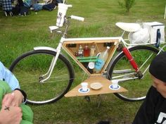 DIY Ways To Pimp Your Bike Picnic box built into bike frame with a cover that doubles as a folding table top.Picnic box built into bike frame with a cover that doubles as a folding table top. Pimp Your Bike, Velo Design, Bicycle Bar, Beer Bike, Cruiser Bicycle, Picnic Box, Picnic Time, Summer Picnic, Picnic Baskets