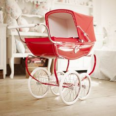 The beautifully crafted Silver Cross Poppy Chatsworth Dolls Pram is sure to be on the top of any little princesses  Christmas list!