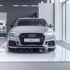 Benchmark der Kompaktklassen-Sportler: die Audi RS 3 Limousine in Nardograu. 📷 @picturebrain Kraftstoffverbrauch kombiniert: 8,4-8,3 l/100 km; / CO₂-Emission kombiniert: 191-188 g/km /  www.audi.de/DAT-Hinweis