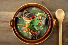 Bone broth helps to heal and detoxify the body systems. Learn more about the health benefits of bone broth for arthritis, inflammation, and leaky gut. Natural Cancer Cures, Natural Cures, Organic Recipes, Ethnic Recipes, Indonesian Cuisine, Cancer Fighting Foods, Good Bones, Malaysian Food, Food Trends