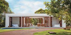 Vidro e linhas retas reverenciam o modernismo em casa no litoral norte da Bahia - Casa