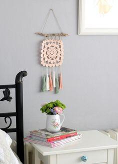 Püsküllü Duvar Süsü - Crochet Wall Decoration. Such a pretty pastel wall hanging for a bedroom or craft space.