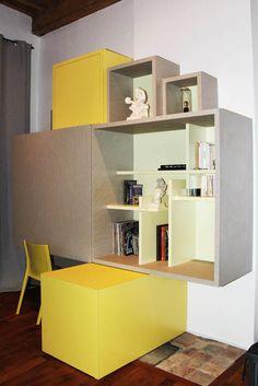 bureau fait sur mesure par l'assemblage de cubes de différentes tailles permettant de la déco, du rangement caché, un espace bureau avec un panneau coulissant