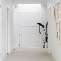 Simple and Modern Ideas: Minimalist Home Design Mirror modern minimalist bedroom chairs.White Minimalist Bedroom Pallet Beds minimalist home design mirror.Simple Minimalist Home Life. Interior Design Hd, Interior Design Minimalist, Minimalist Furniture, Minimalist Home Decor, Minimalist Bedroom, Home Design, Minimalist Kitchen, Minimalist Living, Modern Minimalist